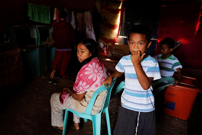 Mohammad Ali Acampong's children pass time in a school-turned-evacuation center in Marawi City, Lanao del Sur province, Philippines. (Photo: Eloisa Lopez/Reuters)