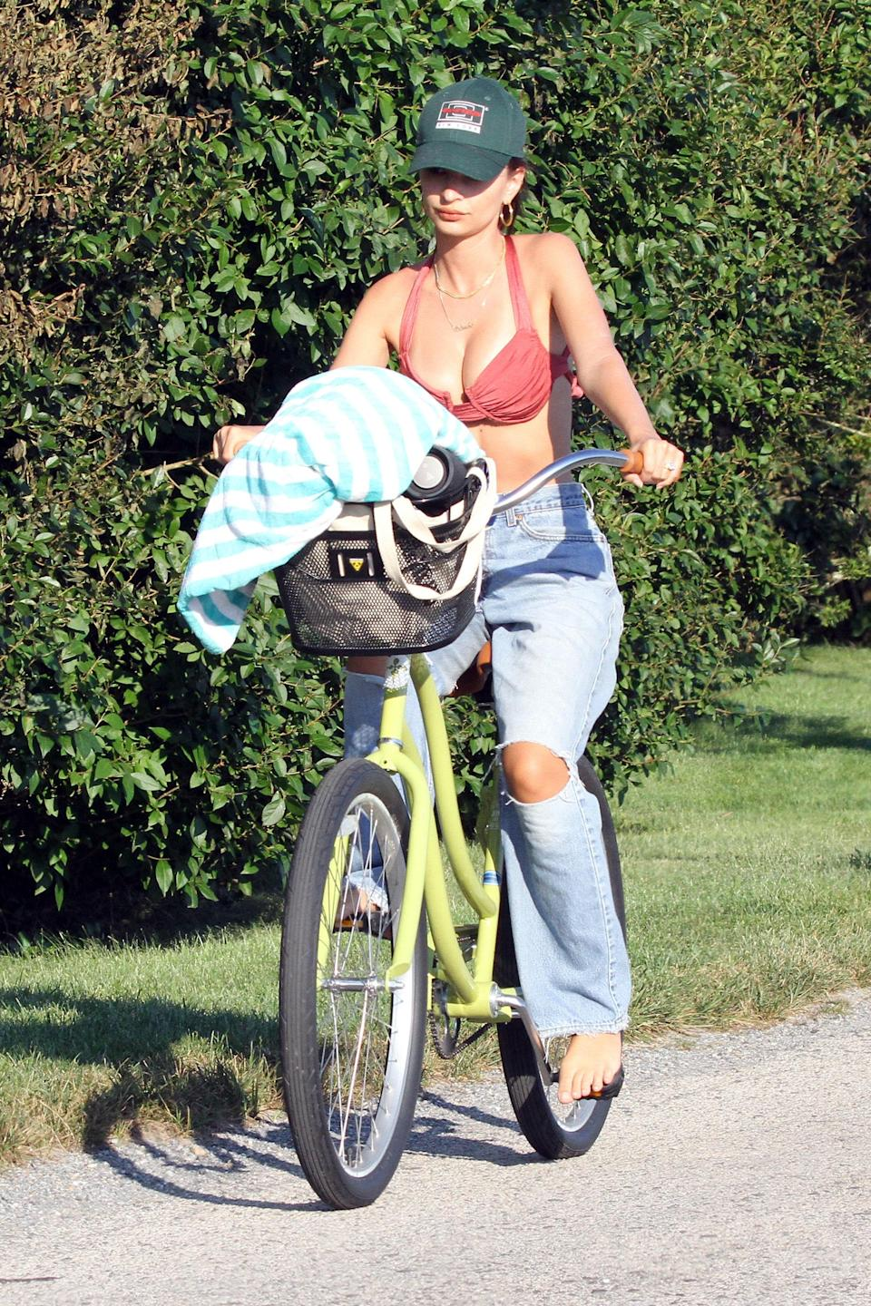 """<h1 class=""""title"""">Emily Ratajkowski Goes For A Bike Ride In The Hamptons New York After Spending Part Of The Day At The Beach</h1><cite class=""""credit"""">Photo: SplashNews.com</cite>"""
