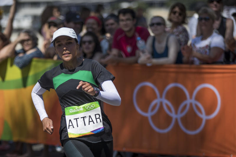 Sarah Attar rounds the women's marathon loop at Batafogo Beach in Rio. (Photo: Getty Images)