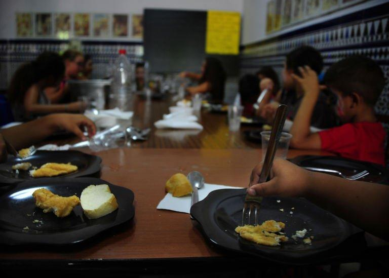 Children eat during school time in the Parish of San Antonio Abab, in Sevilla, on August 29, 2013
