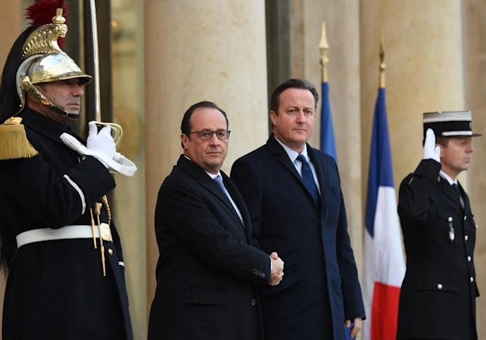 French President Francois Hollande (L) welcomes British Prime Minister David Cameron on November 23, 2015 to the Elysee Presidential Palace in Paris (AFP Photo/Stephane de Sakutin)