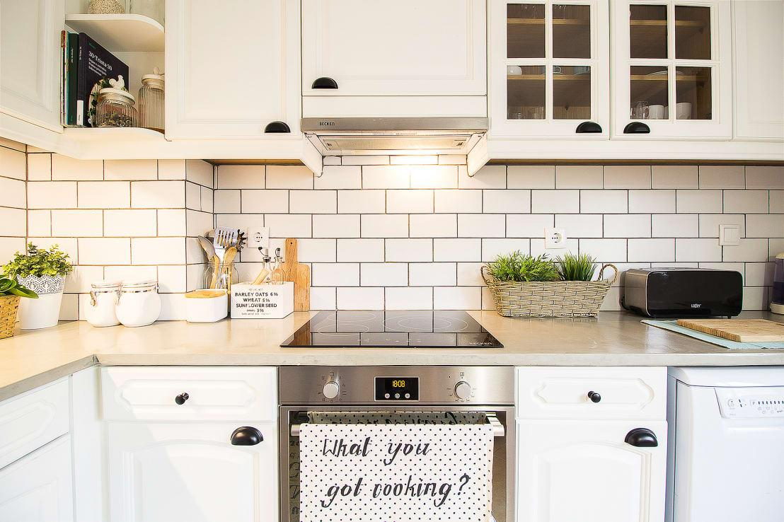 <p>Swapping out the items you keep on your counters will instantly refresh your kitchen. You can choose to change up your canister colours, maybe add newer caddies for your tea and coffee or, for a touch of minimalism, you can remove everything!</p>  Credits: homify / Homestories