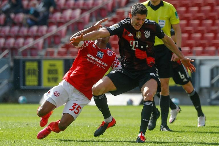 Robert Lewandowski scored on his return from injury in a 2-1 defeat at Mainz that delayed Bayern's title celebrations