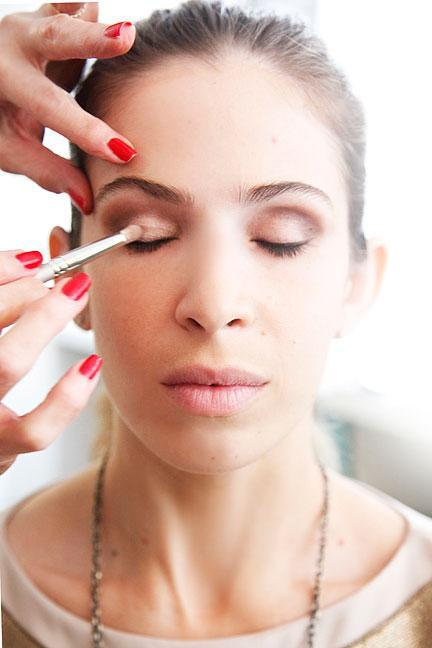 """<div class=""""caption-credit""""> Photo by: Photo: Kelly Stuart</div><div class=""""caption-title"""">Add Some Shimmer</div><p> """"A <b><a rel=""""nofollow noopener"""" href=""""http://www.elle.com/beauty/makeup-skin-care/how-to-rock-dark-eye-makeup-609963?link=emb&dom=yah_life&src=syn&con=blog_elle&mag=elm"""" target=""""_blank"""" data-ylk=""""slk:neutral smoky eye"""" class=""""link rapid-noclick-resp"""">neutral smoky eye</a></b> is all about playing with dark and light,"""" says Linter, who used the shimmering ivory-pink shade from <b><a rel=""""nofollow noopener"""" href=""""http://www.shopstyle.com/action/apiVisitRetailer?id=213332844&pid=uid400-1605520-78&utm_medium=widget&utm_source=Product+Widget"""" target=""""_blank"""" data-ylk=""""slk:Lancôme's Color Design palette"""" class=""""link rapid-noclick-resp"""">Lancôme's Color Design palette</a></b> in Coral Crush on lids. """"Having darker tones surround a lighter one gives shape and definition-the light on the eye makes it pop."""" </p> <p> <br> </p>"""
