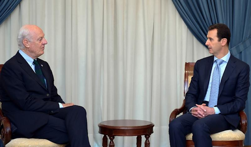 Syrian President Bashar al-Assad (right) meets United Nations special envoy Staffan de Mistura for talks in Damascus, on June 16, 2015 (AFP Photo/)