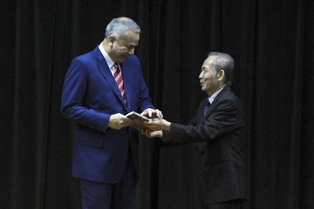 Sultan Nazrin Muizzuddin Shah (left) launched Tan Sri Dr Khoo Kay Kim's (right) book 'I, KKK: The Autobiography of a Historian' in Kuala Lumpur April 12, 2017.