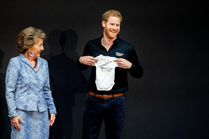 Prinz Harry mit dem Invictus Games-Strampler für seinen Neugeborenen. (Photo by Patrick van Katwijk/Getty Images)
