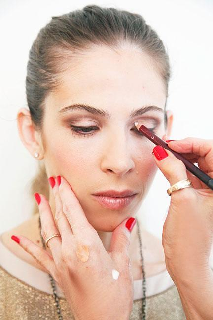 """<div class=""""caption-credit""""> Photo by: Photo: Kelly Stuart</div><div class=""""caption-title"""">Whiten the Inner Corners</div>To have a truly <b><a rel=""""nofollow noopener"""" href=""""http://www.elle.com/beauty/makeup-skin-care/eye-regimens-skin-care-tips?link=emb&dom=yah_life&src=syn&con=blog_elle&mag=elm"""" target=""""_blank"""" data-ylk=""""slk:eye-opening experience"""" class=""""link rapid-noclick-resp"""">eye-opening experience</a></b>, employ white eyeliner too: """"Adding white to the inner corner of the eye makes you look less tired,"""" says Linter."""