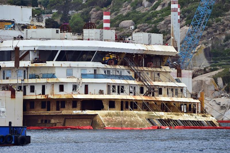 The wreck of the Costa Concordia cruise ship is lifted out of water during an operation to refloat the boat on July 14, 2014 off Giglio Island, Italy (AFP Photo/Giuseppe Cacace)