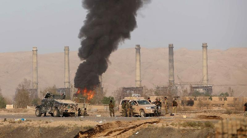 Iraqi Shiite fighters advance on Baiji's main refinery north of Tikrit, on October 15, 2015 (AFP Photo/Mohammed Sawaf)