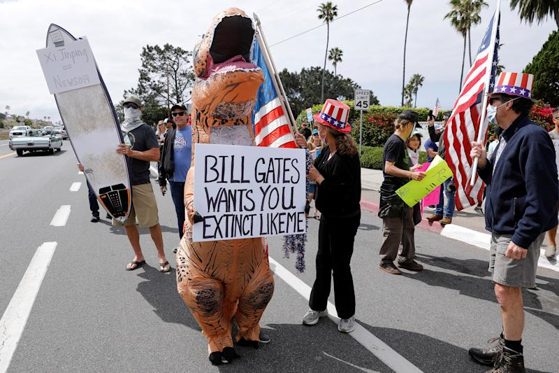 Residents protest stay-at-home orders involving the closing of beaches and walking paths during the outbreak of the coronavirus disease (COVID-19) in Encinitas, California, U.S., April 19, 2020. (Mike Blake/Reuters)