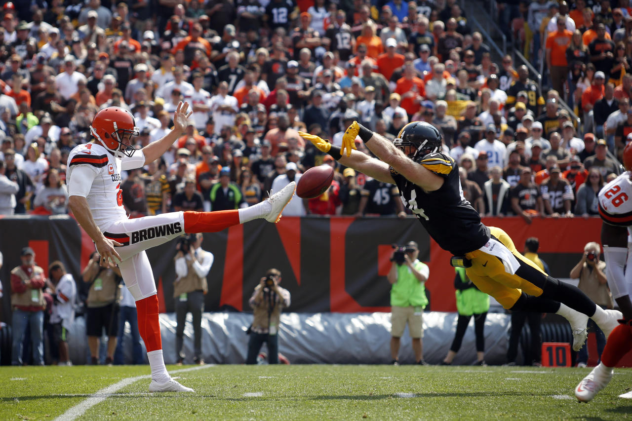 <p>Tyler Matakevich #44 of the Pittsburgh Steelers blocks the punt of Britton Colquitt #4 of the Cleveland Browns in the first quarter at FirstEnergy Stadium on September 10, 2017 in Cleveland, Ohio. (Photo by Justin K. Aller/Getty Images) </p>