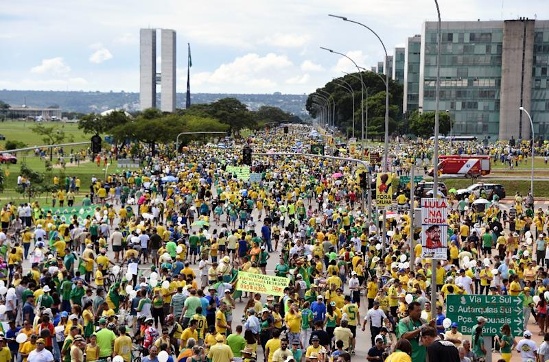 Opponents of the Brazilian government take part in a protest demanding the resignation of President Dilma Rousseff on March 13, 2016 at the Esplanada dos Ministerios in Brasilia (AFP Photo/Evaristo Sa)