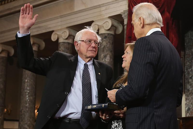Los septuagenarios Bernie Sanders (izq.) y Joe Biden lideran hasta ahora la contienda del Partido Demócrata por la candidatura presidencial rumbo a 2020. Pero un estudio entre la militancia de ese partido dice que la preferencia es un presidente de cincuentaitantos años. (Photo by Chip Somodevilla/Getty Images)