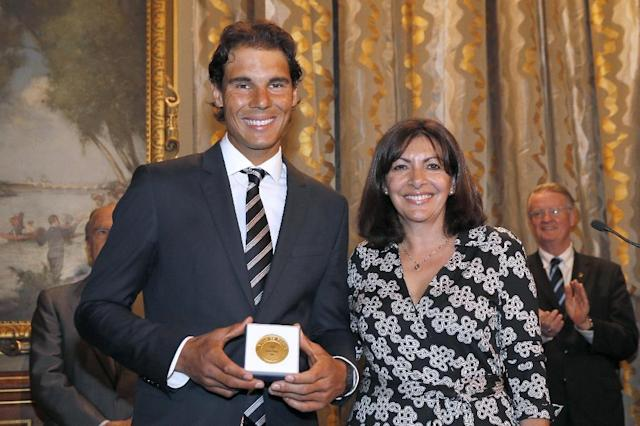 Spanish tennis player Rafael Nadal (L) poses with French Mayor of Paris Anne Hidalgo after receiving the Vermeil Medal of the City of Paris on May 21, 2015 in Paris (AFP Photo/Patrick Kovarik)