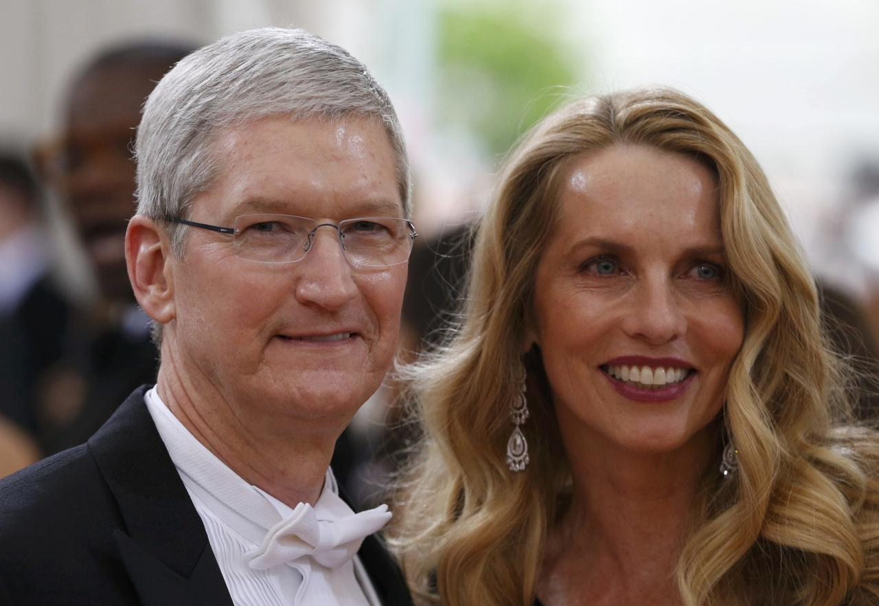 "Apple CEO Tim Cook and Steve Jobs' widow Laurene Powell arrive at the Metropolitan Museum of Art Costume Institute Gala (Met Gala) to celebrate the opening of ""Manus x Machina: Fashion in an Age of Technology"" in the Manhattan borough of New York, May 2, 2016. REUTERS/Lucas Jackson"