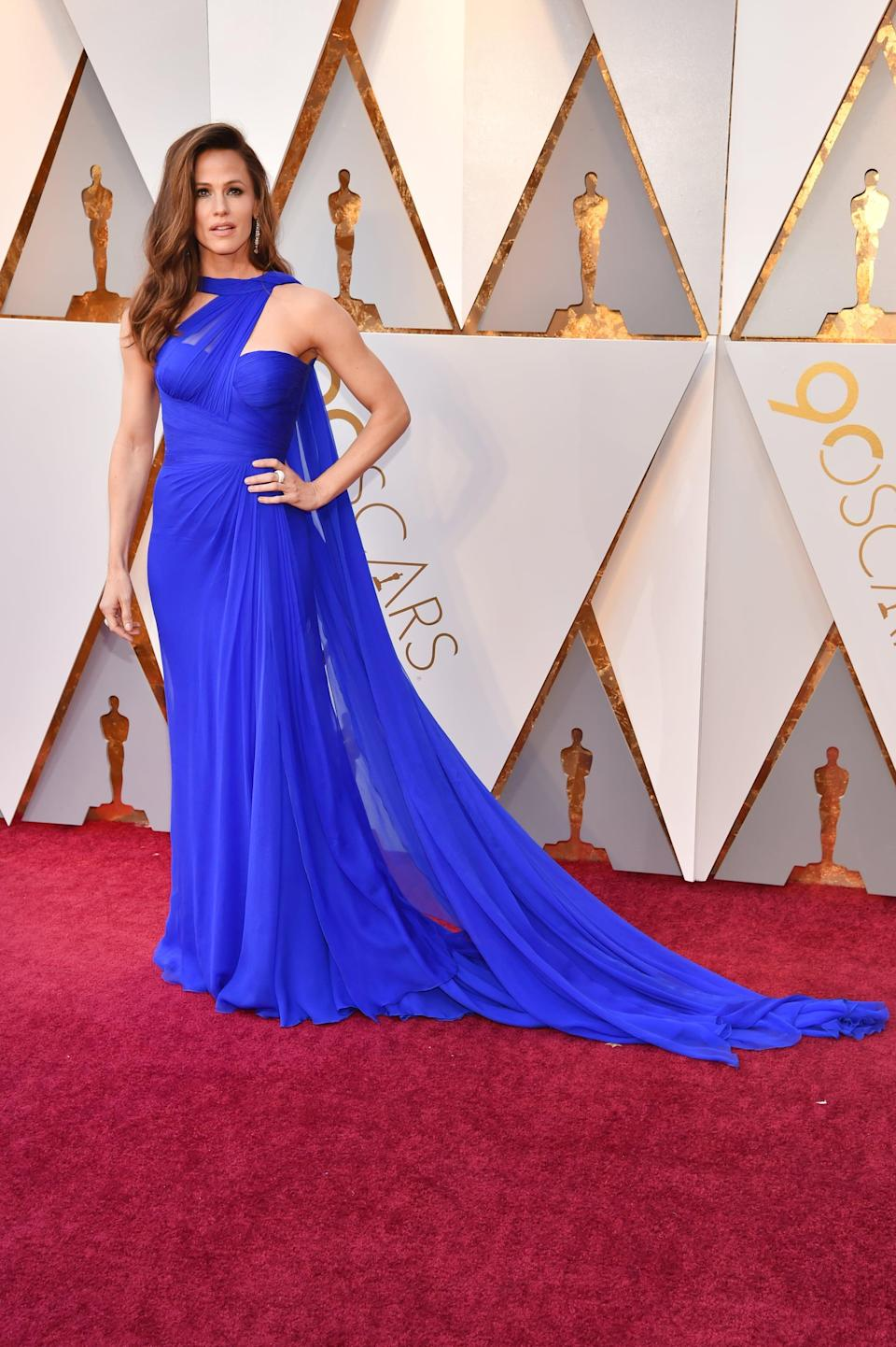 <p>Jennifer made a statement in this electric blue Atelier Versace draped gown.</p>