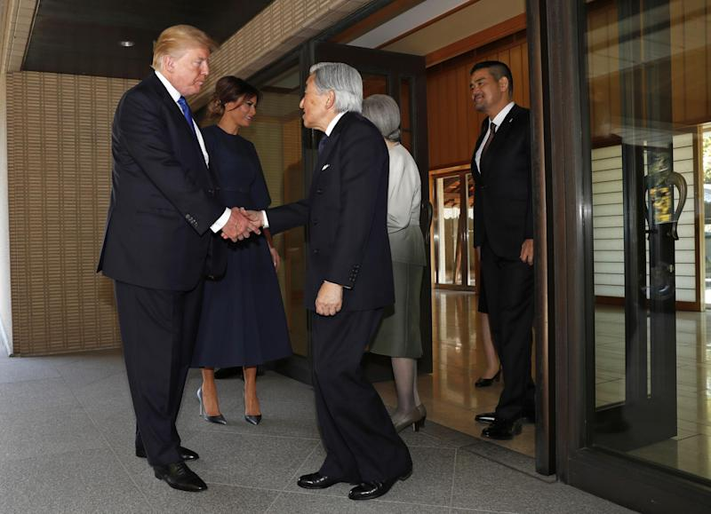 Donald Trump greets Japanese Emperor Akihito without bowing
