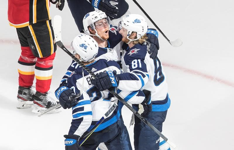 Jets rebound with 3-2 win over Flames, even qualifying series 1-1