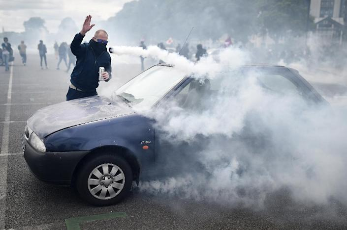 A man clashes with riot police during a protest on May 19, 2016 in Nantes, western France (AFP Photo/Jean-Sebastien Evrard)
