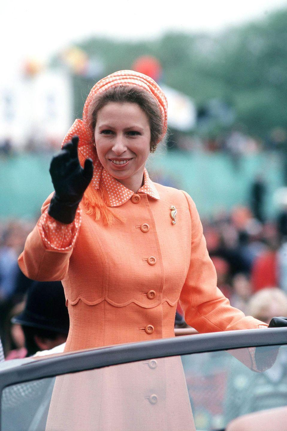 <p>Princess Anne didn't miss a chance to make the most of her pale orange, scalloped coat, pairing it with a marvelous seahorse brooch.<br></p>