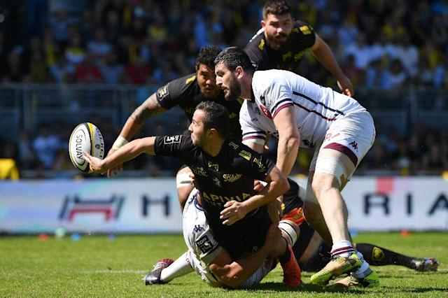 La Rochelle's Alexis Bales (L) passes the ball during their French Top 14 rugby union match against Bordeaux-Begles on April 08, 2017 in La Rochelle, southwestern France (AFP Photo/XAVIER LEOTY)