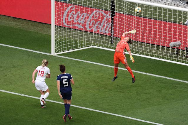 England's forward Ellen White (L) scores a goal during the France 2019 Women's World Cup Group D football match between England and Scotland, on June 9, 2019, at the Nice Stadium in Nice, southeastern France. (Photo by Valery HACHE / AFP) (Photo credit should read VALERY HACHE/AFP/Getty Images)