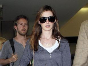 764791bd91eff1 Anne Hathaway voyage toujours avec style !