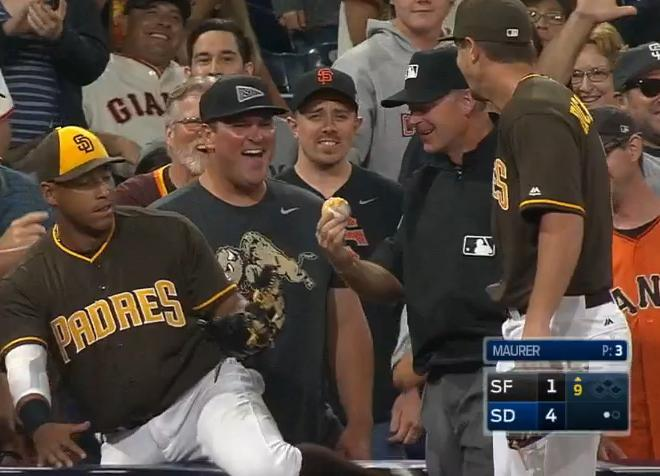 Fans, players and even the umpires react to Yangervis Solarte's cheesy catch. (MLB)