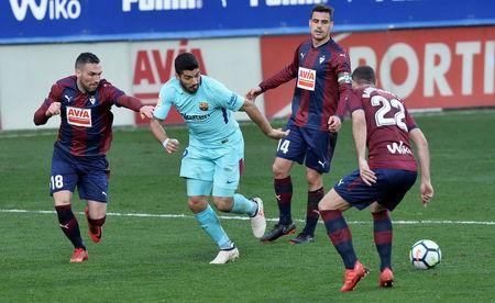 Soccer Football - La Liga Santander - Eibar vs FC Barcelona - Ipurua, Eibar, Spain - February 17, 2018 Barcelona's Luis Suarez in action with Eibar's Anaitz Arbilla, Dani Garcia and David Lomban REUTERS/Vincent West