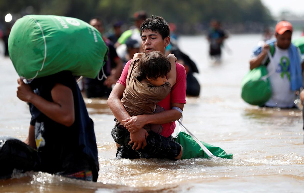 Migrants, part of a caravan traveling to the U.S., struggle to cross the river from Guatemala to Ciudad Hidalgo, Mexico, Oct. 29, 2018. (Photo: Leah Millis/Reuters)