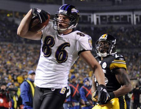Baltimore Ravens' Todd Heap (86) catches a touchdown pass in front of Ryan Clark (R) of the Pittsburgh Steelers in the first half of their AFC Divisional NFL playoff football game in Pittsburgh, Pennsylvania, January 15, 2011. REUTERS/Dave Denoma