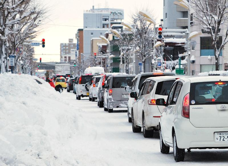 Energy saving traffic lights in Japan are failing to melt snow covering them (AFP Photo/Jiji Press)