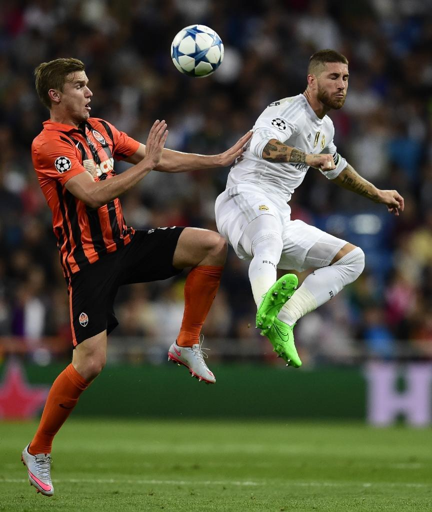 Real Madrid's Sergio Ramos (R) goes head to head with Shakhtar Donetsk's Oleksandr Hladkyi during the UEFA Champions League group A football match in Madrid on September 15, 2015 (AFP Photo/Javier Soriano)