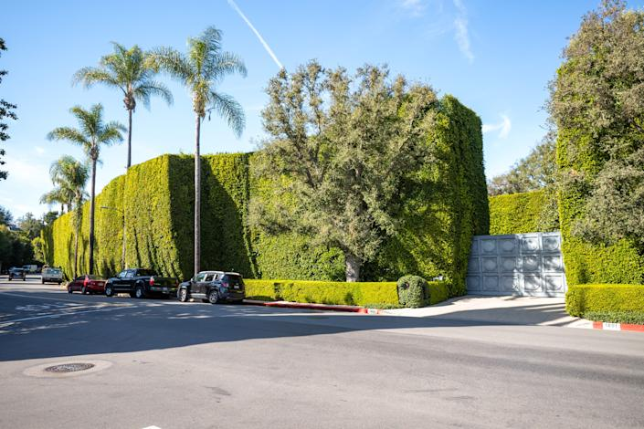 "The view of the front gate of the Jeff Bezos-owned Warner Estate. <p class=""copyright"">RB/Bauer-Griffin/GC Images</p>"