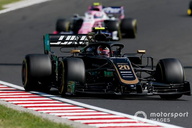 "Kevin Magnussen, Haas F1 Team VF-19, lidera Lance Stroll, Racing Point RP19 <span class=""copyright"">Joe Portlock / LAT Images</span>"