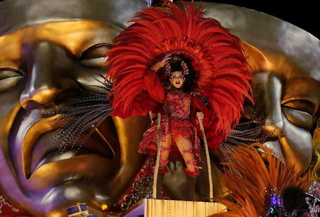 <p>A reveller from Unidos da Tijuca Samba school performs during the second night of the Carnival parade at the Sambadrome in Rio de Janeiro, Brazil, Feb. 12, 2018. (Photo: Ricardo Moraes/Reuters) </p>