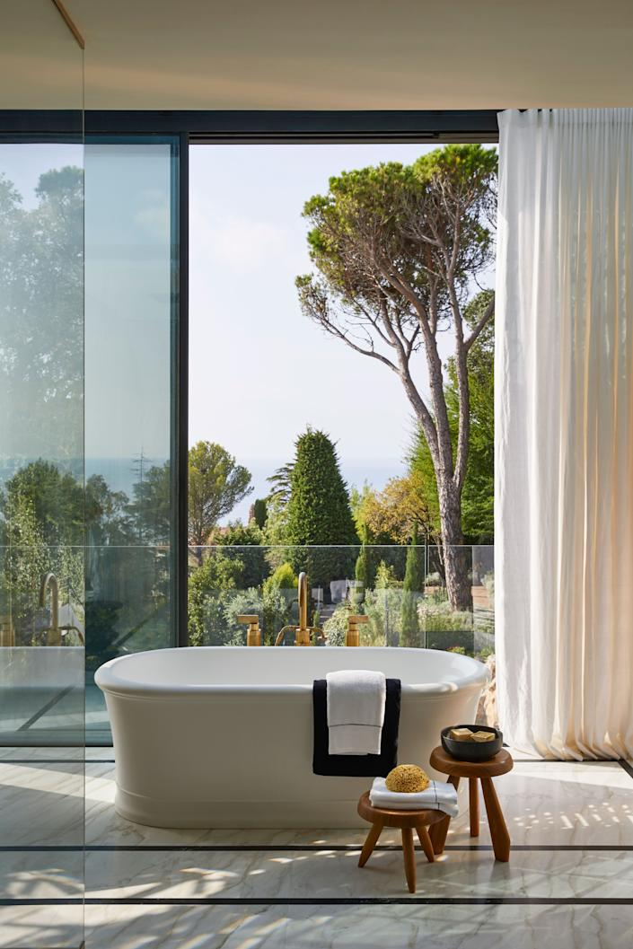"<div class=""caption""> Bathtub by <a href=""https://www.devon-devon.com/eu/bathtubs.html"" rel=""nofollow noopener"" target=""_blank"" data-ylk=""slk:Devon & Devon"" class=""link rapid-noclick-resp"">Devon & Devon</a>, <a href=""https://www.volevatch.fr/?lang=en"" rel=""nofollow noopener"" target=""_blank"" data-ylk=""slk:Volevatch"" class=""link rapid-noclick-resp"">Volevatch</a> polished brass taps, Charlotte Perriand stools, and <a href=""https://nobilis.fr/en/"" rel=""nofollow noopener"" target=""_blank"" data-ylk=""slk:Nobilis"" class=""link rapid-noclick-resp"">Nobilis</a> curtains. </div>"
