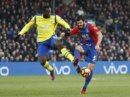 Everton's Romelu Lukaku in action with Crystal Palace's James Tomkins