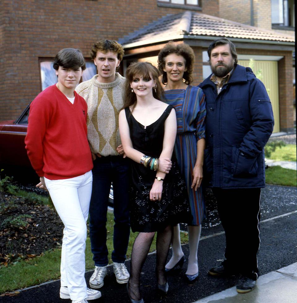 SIMON O'BRIEN; PAUL USHER; SHELAGH O'HARA; SUE JOHNSTON and RICKY TOMLINSON Left To Right: British Actors Members of the cast of 'Brookside', 04.10.1982. (Photo by Photoshot/Getty Images)