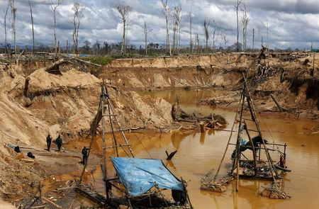 FILE PHOTO: Peruvian police officers take part in an operation to destroy illegal gold mining camps in a zone known as Mega 14, in the southern Amazon region of Madre de Dios, Peru,  July 13, 2015. REUTERS/Janine Costa/File Photo