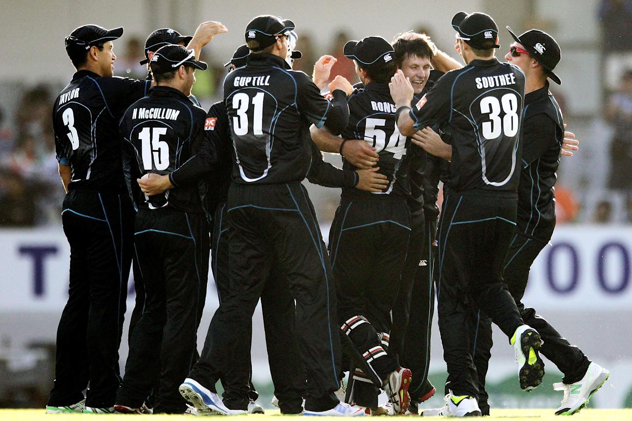 AUCKLAND, NEW ZEALAND - JANUARY 25: Hamish Bennett of New Zealand is mobbed by teammates after taking the wicket of Virat Kohli of India during the One Day International match between New Zealand and India at Eden Park on January 25, 2014 in Auckland, New Zealand.  (Photo by Anthony Au-Yeung/Getty Images)