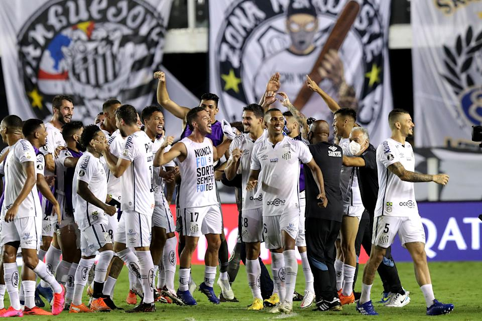 SANTOS, BRAZIL - DECEMBER 16: Players of Santos celebrate the victory after a quarter final second leg match between Santos and Gremio as part of Copa CONMEBOL Libertadores 2020 at Urbano Caldeira Stadium (Vila Belmiro) on December 16, 2020 in Santos, Brazil. (Photo by Amanda Perobelli-Pool/Getty Images)