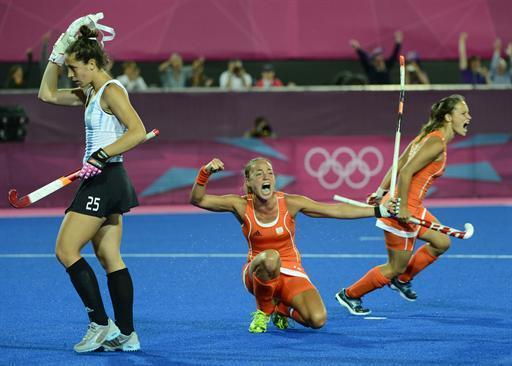 Netherlands Maartje Paumen (C) celebrates after a goal during the women's field hockey gold medal match between Netherlands and Argentina at The Riverbank Arena in London on August 10, 2012, for The London 2012 Olympic Games. AFP PHOTO / JOHN MACDOUGALL