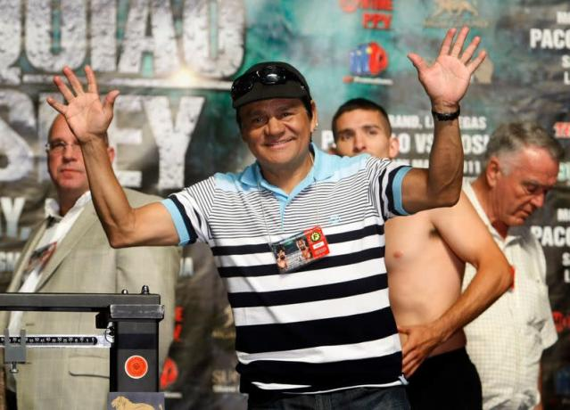 Boxing legend Roberto Duran of Nicaragua waves as he is introduced at the MGM Grand Garden Arena in Las Vegas