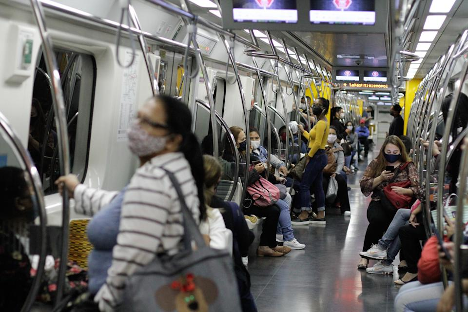 Passenger movement, wearing protective masks on public transport, central region of the city of São Paulo, this Monday morning. The decree of the State Government comes into force, which makes it mandatory, as of today 4 May, the use of masks in the collective transport of the São Paulo capital and its metropolitan region - municipal and intercity buses, subways and trains, due to the new coronavirus that transmits covid-19. May 4th, 2020. (Photo: Fábio Vieira/FotoRua) (Photo by Fabio Vieira/FotoRua/NurPhoto via Getty Images)