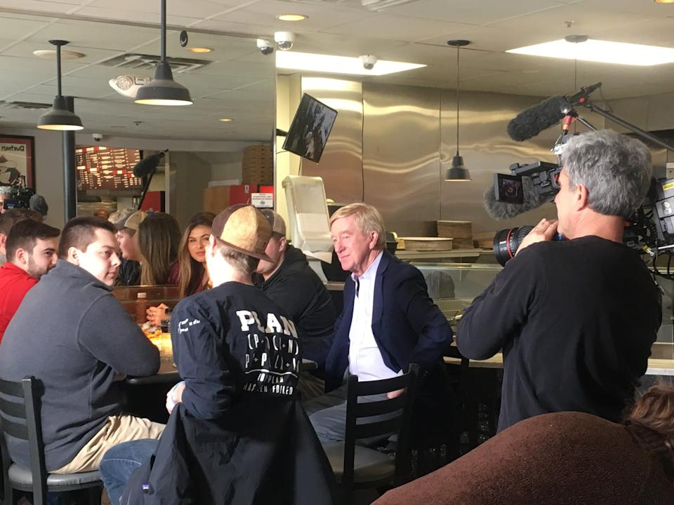 Former Massachusetts Gov. Bill Weld woos University of New Hampshire students over pizza and soft drinks. Weld is preparing to run against President Donald Trump in the 2020 GOP primaries. (Photo: S.V. Date/HuffPost)
