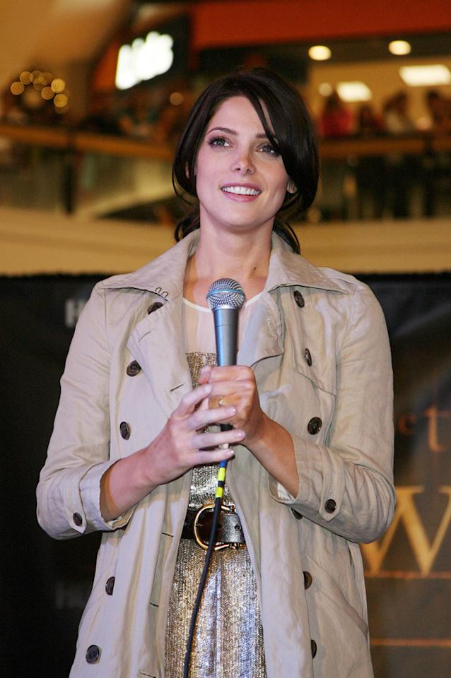 "<a href=""http://movies.yahoo.com/movie/contributor/1810024386"">Ashley Greene</a> attends the <a href=""http://movies.yahoo.com/movie/1810055802/info"">The Twilight Saga: New Moon</a> fan event in Chicago - 11/10/2009"