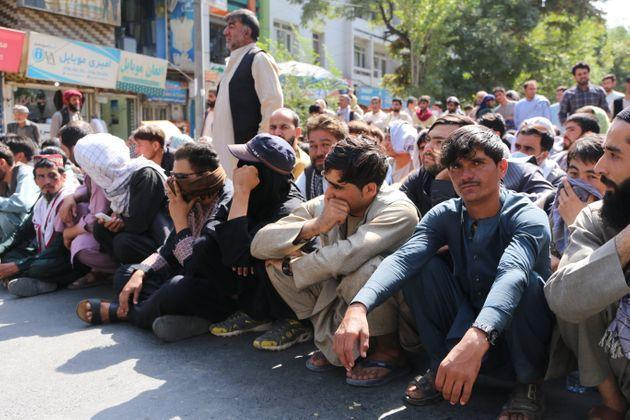 Afghans line up outside a bank to take out cash after Taliban's takeover (Photo: Anadolu Agency via Getty Images)