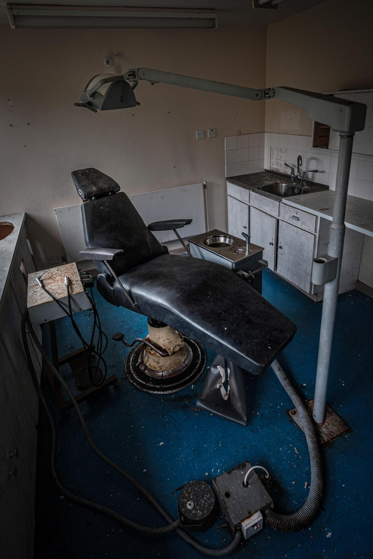 A dentist's chair inside a young offenders' institute in Northern Ireland, March 12, 2018. (Photo: Unseen Decay/Mercury Press/Caters News)